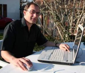 Philippe Zoude de profil avec un ordinateur